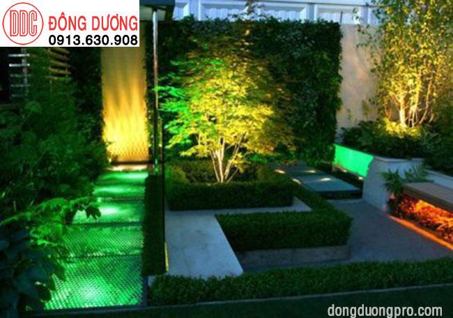 Hệ thống đèn Led tạo màu phong phú tăng thêm sự quyến rủ của màu xanh cây trong vườn