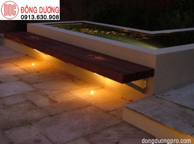 Đèn led sân vườn phản chiếu ghế ngồi khi màn đêm về